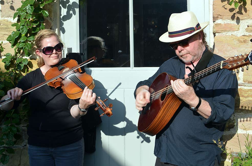 Live music played all evening on the violin and banjo.