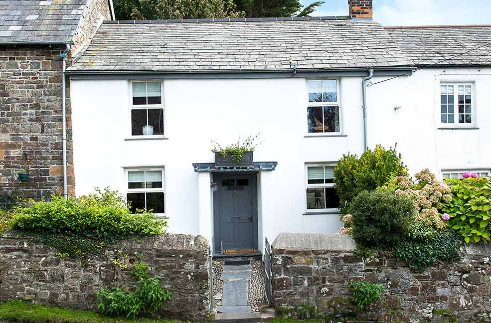 The pretty exterior of Puffin's Nest is a proper example of a Cornish countryside cottage.