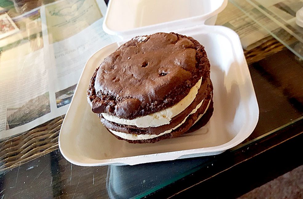 Vegan whoopie pie cookie